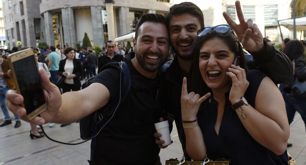 مشاركون في مظاهرة بعد استقالة رئيس الوزراء الأرمني سيرج سركسيان، يريفان، أرمينيا 23 أبريل/ نيسان 2018