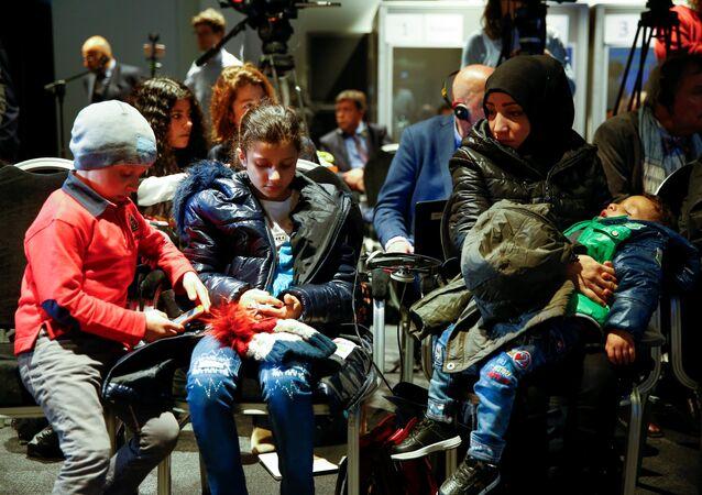 شهود مدنيين من دوما يحضرون إلى لاهاي