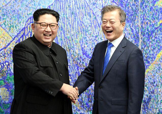 كيم ومون خلال القمة