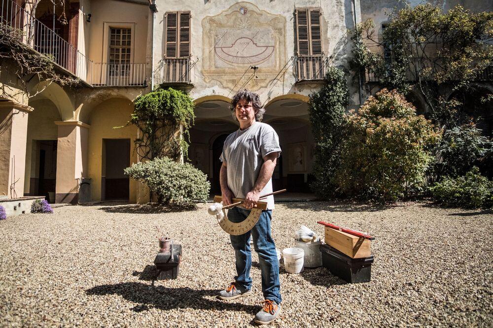 فابيو غارنيرو -  أحد آخر المتخصصين في الساعة الشمسية في سالوزو بالقرب من تورينو، إيطاليا 17 أبريل/ نيسان 2018