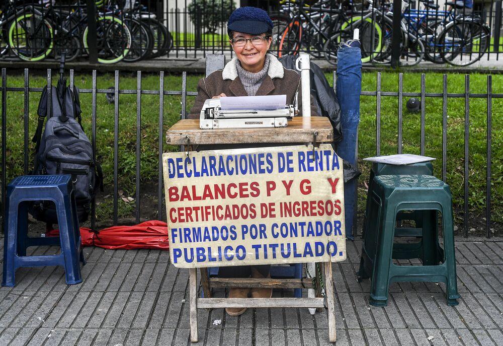 كانديلاريا بينيا (63 عاما) - تعمل ككاتب شارع على مكتبها أمام مكتب الضرائب في بوغوتا، كولومبيا 9 أبريل/ نيسان 2018