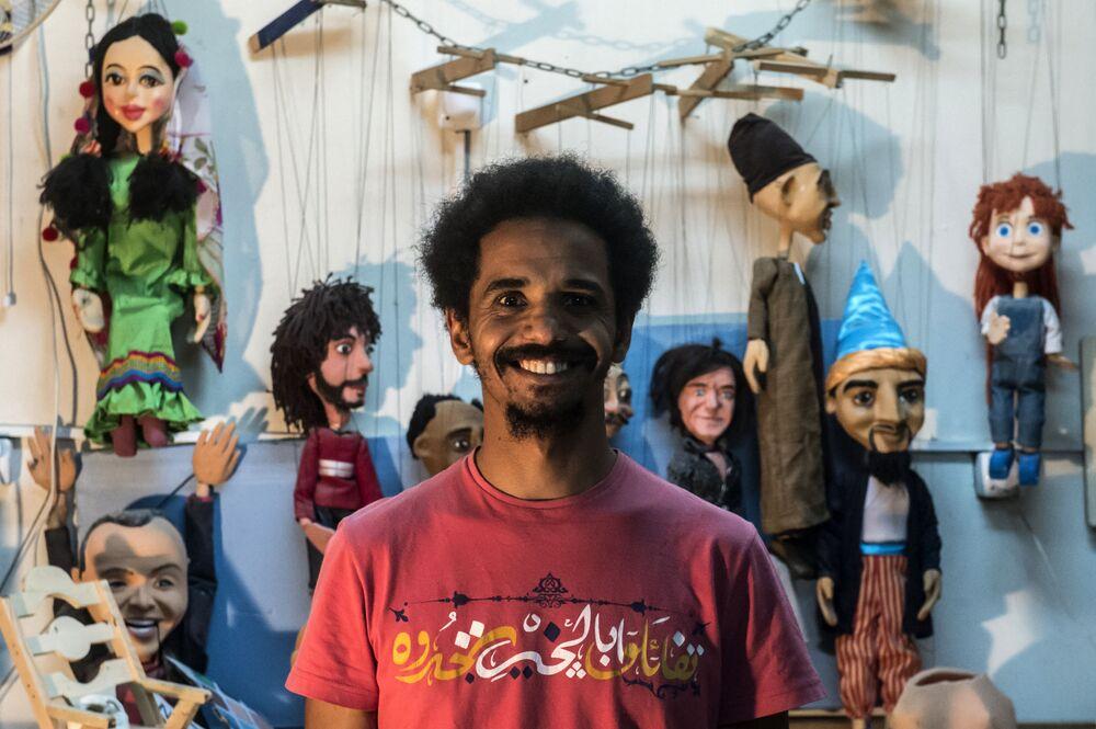 محمد فوزي بكار (32 عاما) - رسام وصانع دمى في ورشة العمل في القاهرة، مصر 22 أبريل/ نيسان 2018