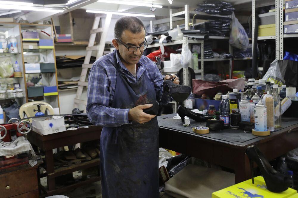جو عودي (55 عاما) - كندرجي في ورشة عمله في مدينة جونيه، لبنان 20 أبريل/ نيسان 2018