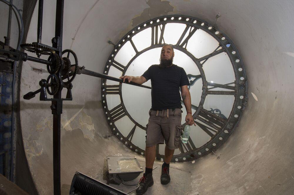 عبد الغفار (اسم الولادة: راؤول أمارال) - يعمل على تغيير عقارب الساعة في كاتدرائية مونتيفيديو في مونتيفيديو، الأوروغواي 16 أبريل/ نيسان 2018