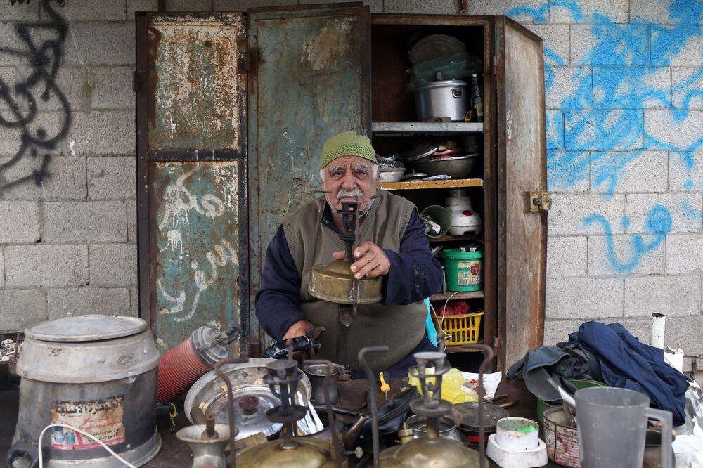جودت الخور  (75 عاما) - يعمل على تصليح ألواح الكيروسين المستخدمة في الطبخ، مدينة غزة، قطاع غزة، فلسطين 23 أبريل/ نيسان 2018