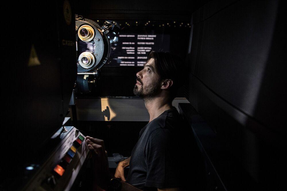 بنجامين لويس - وهو مسؤول عن عرض الأفلام على شاشات السينما، خلال عمله في سينما لوكسور في باريس ، فرنسا 19 أبريل/ نيسان 2018