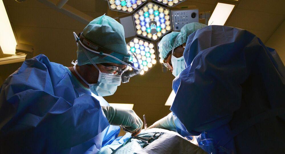 الأطباء في غرفة العمليات