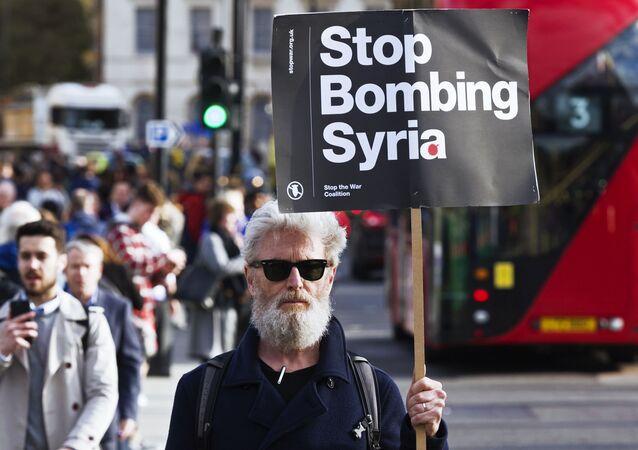رجل يحمل لافتة توقفوا عن قصف سوريا!، للاحتجاج على الهجمات على سوريا في لندن، إنجلترا