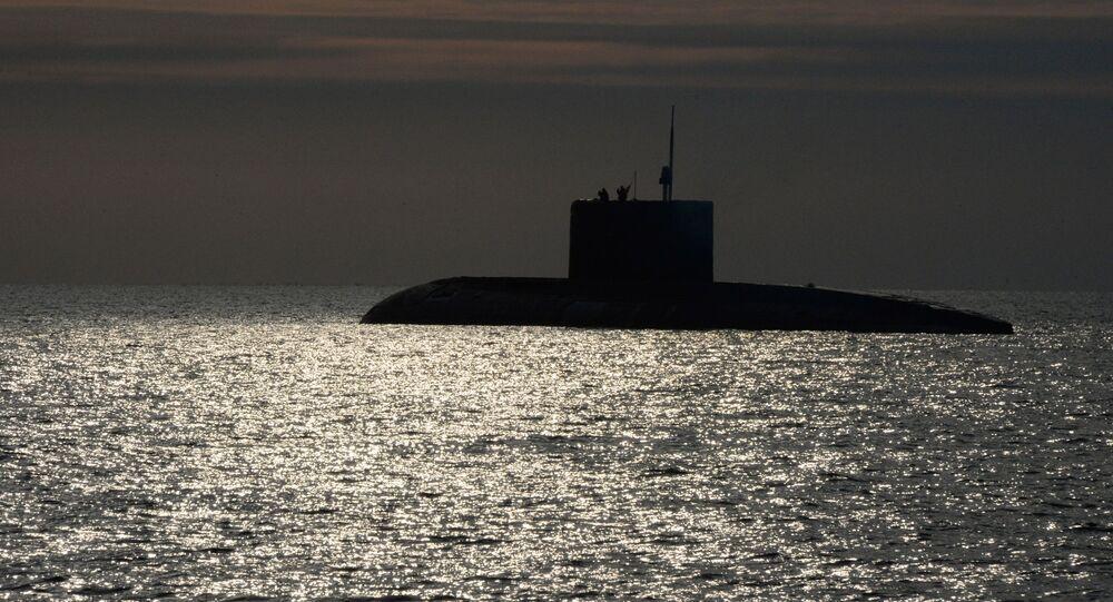 غواصة من فئة فارشافيانكا خلال تدريبات السيطرة على عمليات البحث والإنقاذ لأسطول المحيط الهادئ لإنقاذ طاقم الغواصة التي تضررت بشكل افتراضي في خليج بطرس الأكبر