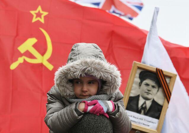 مشارك في مسيرة الفوج الخالد في موسكو