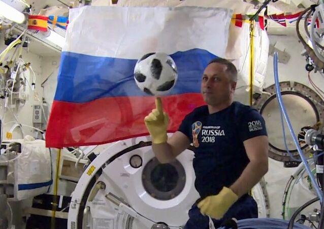 رائد فضاء روس كوسموس الروسي أنطون شكابليروف يستعد لبطولة كأس العالم لكرة القدم في روسيا 2018