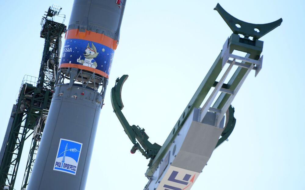الصاروخ الحامل سويوز-إف غا بشعار كأس العالم 2018