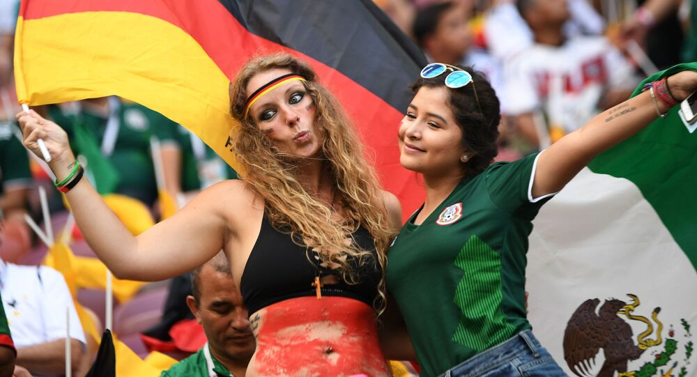 مشجعات من ألمانيا والمكسيك قبل بدء اللقاء الذي جمع بلديهما