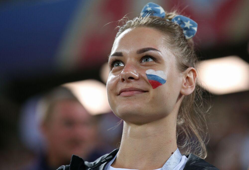 مشجعة طبعت على خدها العلم الروسي