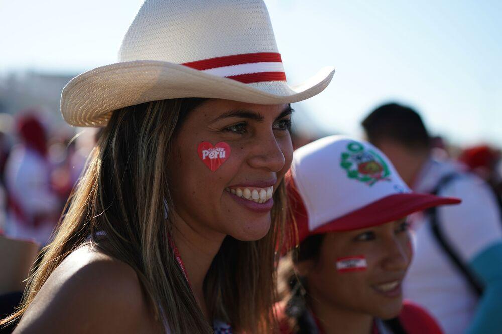 مشجعة لفريق بيرو قبل بدء اللقاء مع الفريق الدانماركي