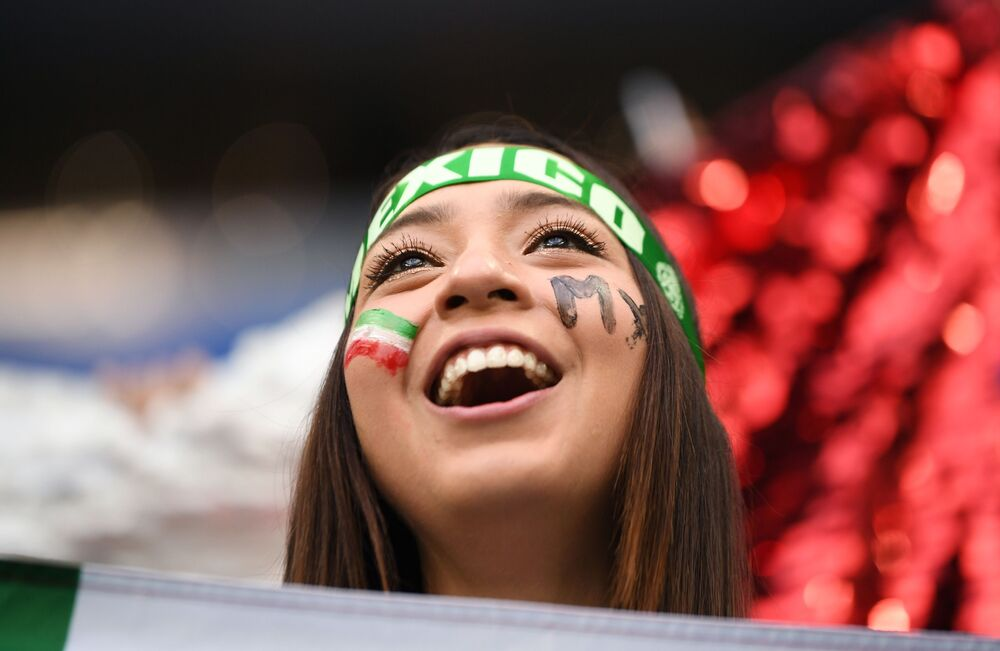 مشجعة للمنتخب المكسيكي  قبل بدء المباراة التي جمعت فريقي ألمانيا والمكسيك