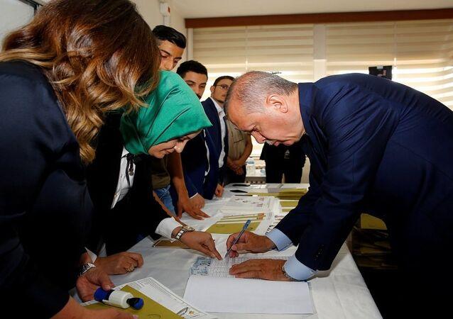 الرئيس التركي رجب طيب أردوغان يدلي بصوته في الانتخابات التركية