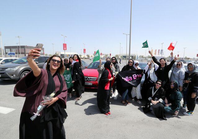 نساء يحتفلن بقرار قيادة المرأة للسيارة في السعودية
