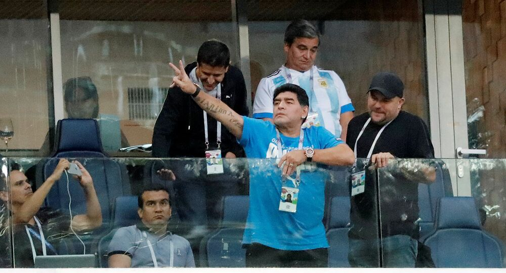 مارادونا يتابع مباراة منتخب بلاده