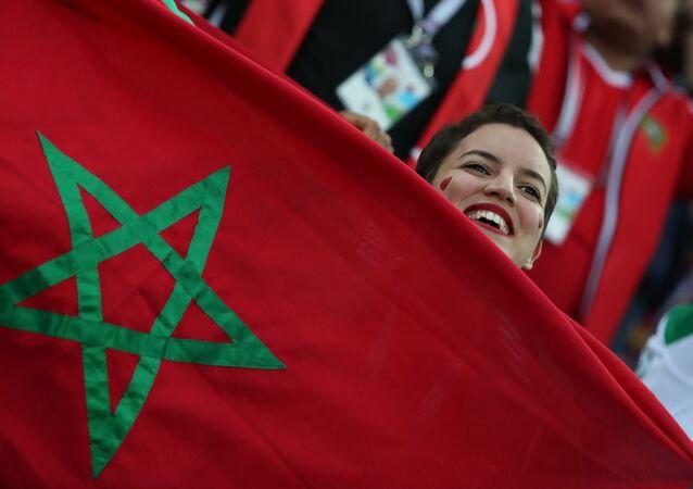 مشجعة مغربية تشجع منخب بلادها مع العلم المغربي