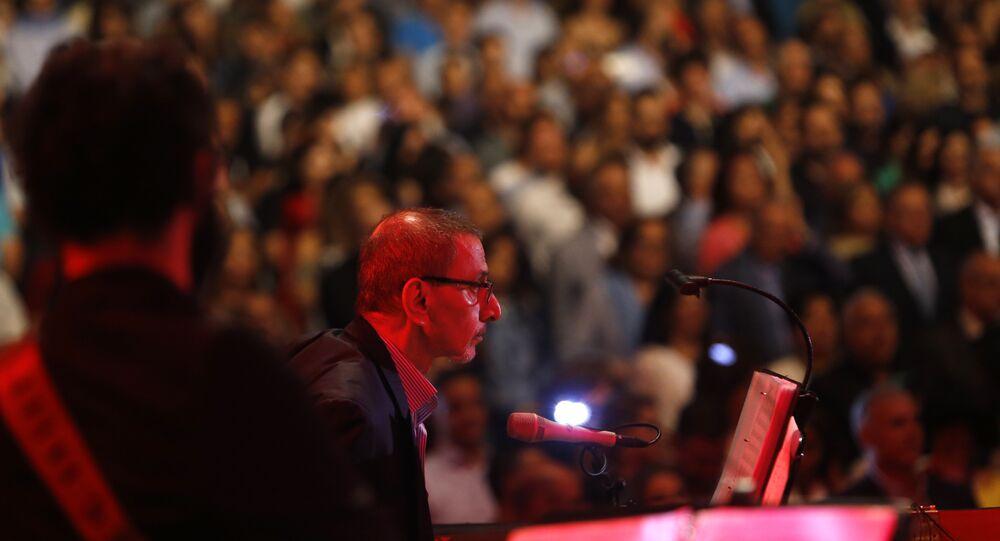 الفنان زياد الرحباني خلال مهرجان بيت الدين في لبنان