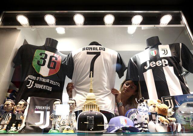 قميص رونالدو الجديد في نادي يوفنتوس