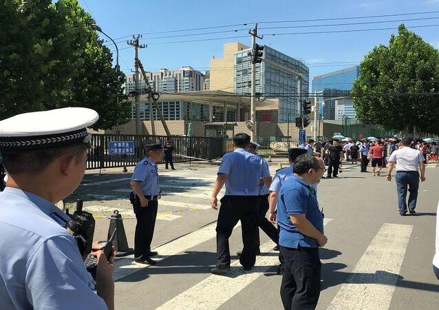الشرطة الصينية أثناء انفجار قرب السفارة الأمريكية في بكين