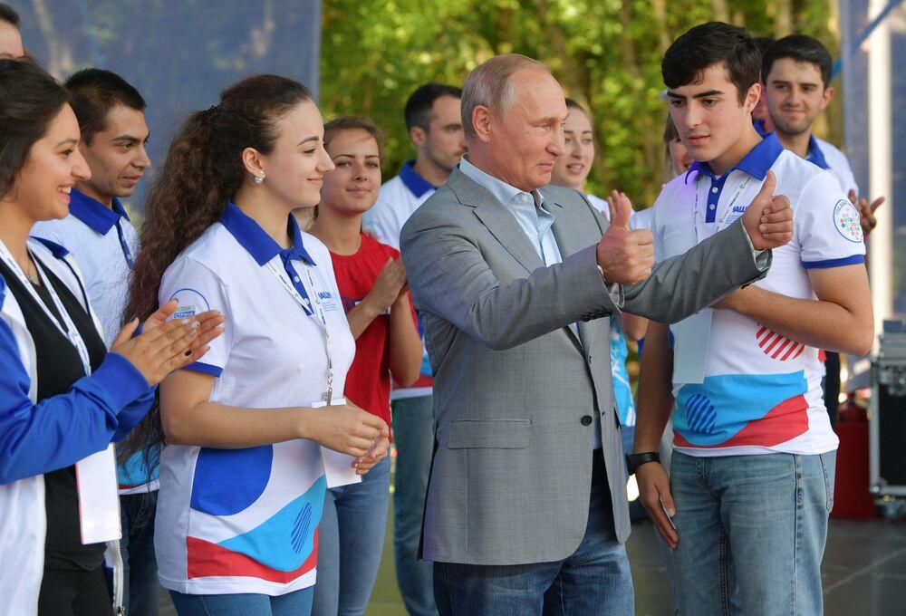 الرئيس فلاديمير بوتين خلال زيارته لمنتدى القوقازي الشمالي ماشوك-2018 الشبابي في بياتيغورسك