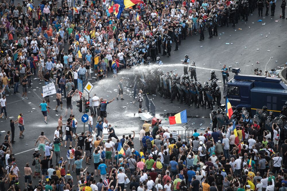 شرطة مكافحة الشغب تستخدم مدافع المياه ضد المتظاهرين أمام مقر الحكومة الرومانية في بوخارست، رومانيا في 10 أغسطس/ آب 2018
