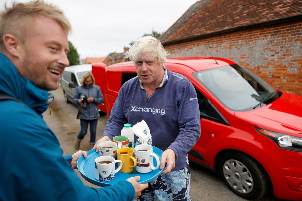 وزير الخارجية البريطاني السابق بوريس جونسون يقدم الشاي لصحفيين خارج منزله بالقرب من ثايم في أوكسفوردشاير، 12 أغسطس/ آب 2018