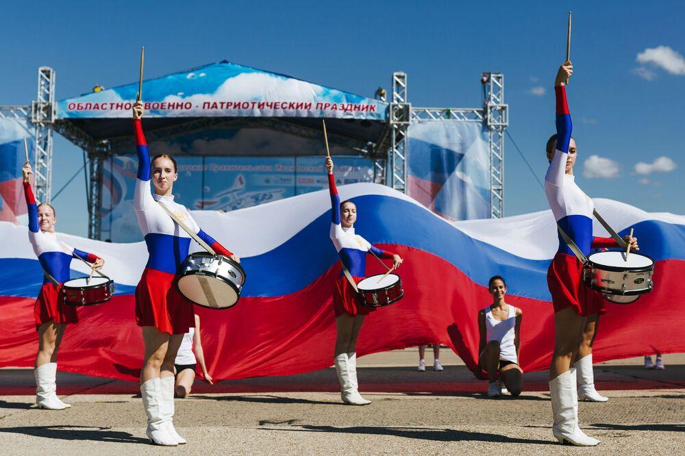 قارعات الطبول في افتتاح العطلة العسكرية الوطنية الأجواء المفتوحة في إيفانوفو