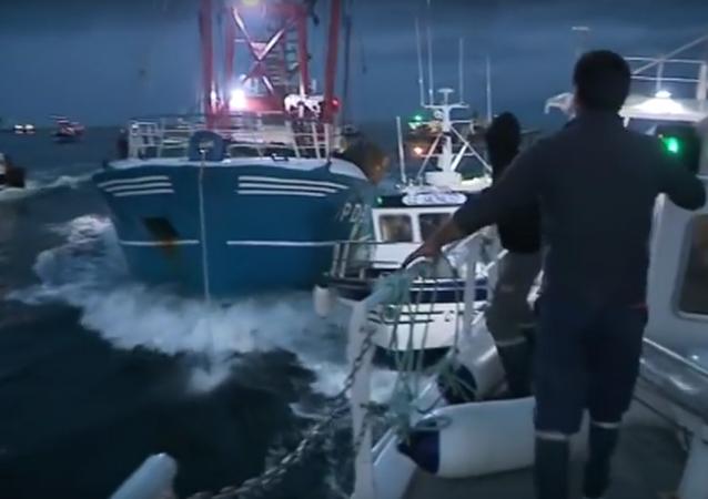 مواجهة بين صيادين إنجليز و فرنسيين