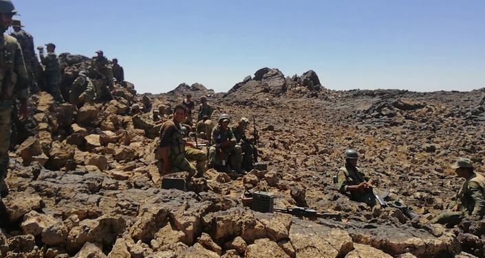 جنود الجيش السوري يحاصرون داعش في آخر جيوبه ببادية السويداء