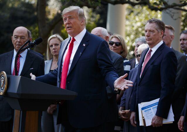 الرئيس الأمريكي دونالد ترامب خلال مؤتمر صحفي في البيت الأبيض، 1 أكتوبر/ تشرين الأول 2018