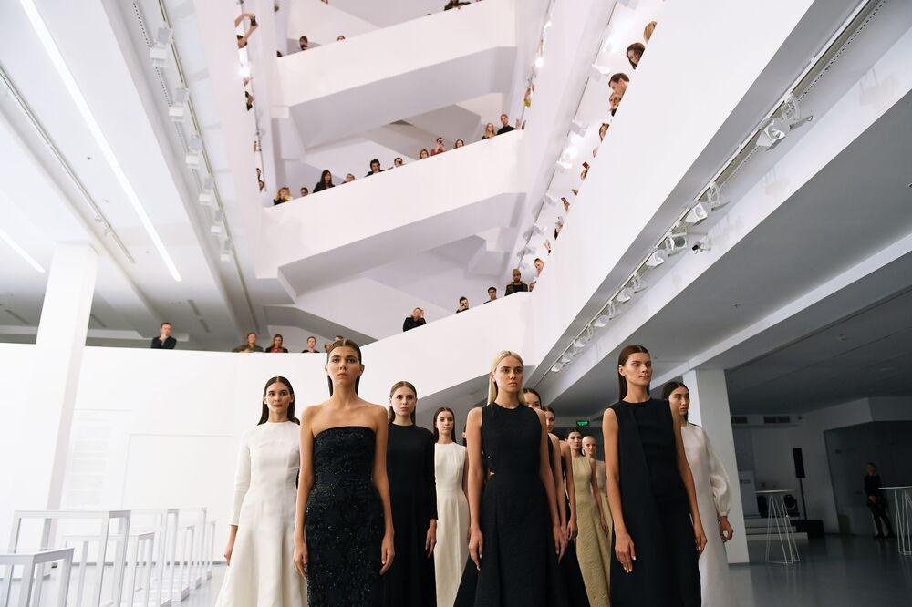 عارضات أزياء يقدمن مجموعة أزياء Wadha من تصميم القطرية وضحى الهاجري بمتحف لفنون الوسائط المتعددة في موسكو.