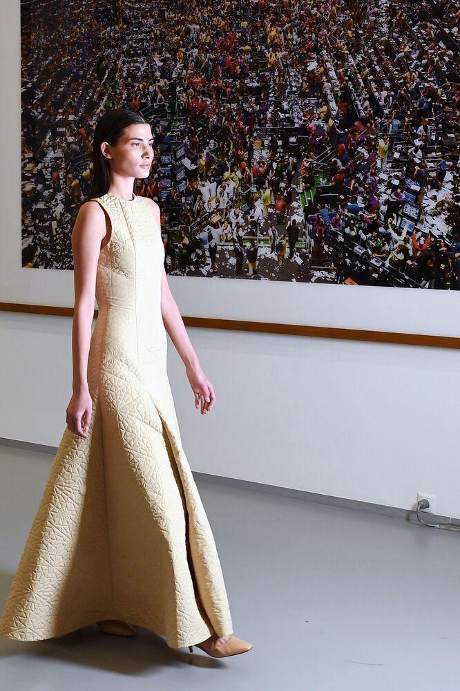 عارضة أزياء تقدم مجموعة أزياء Wadha من تصميم القطرية وضحى الهاجري بمتحف لفنون الوسائط المتعددة في موسكو
