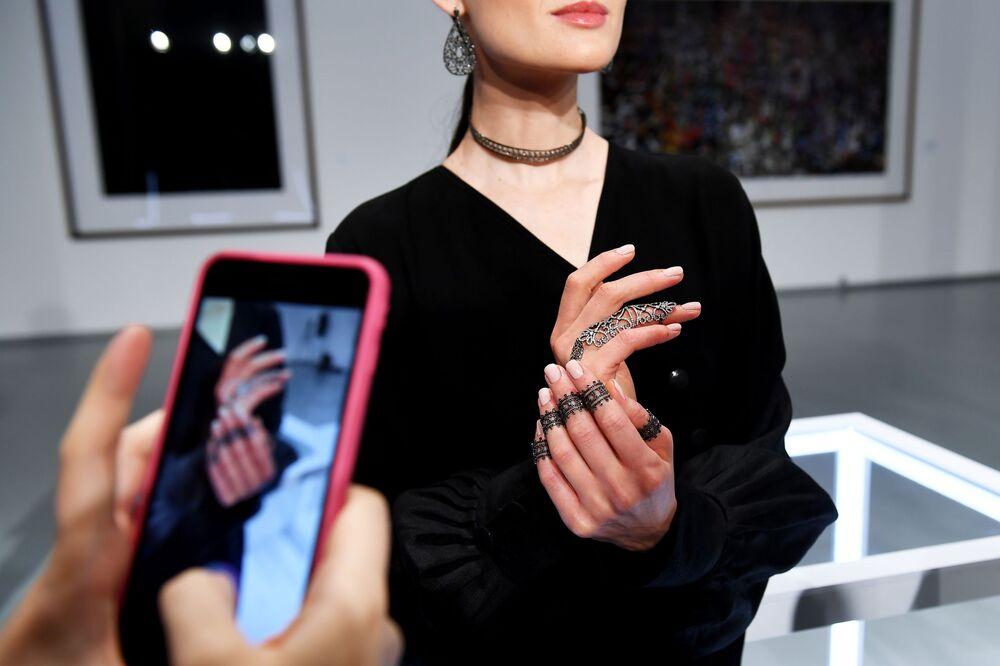 عارضة أزياء تقدم مجوهرات لدار المجوهرات Noudar بمعرض فصول قطر بمتحف لفنون الوسائط المتعددة في موسكو.