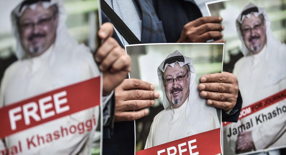 متظاهرون يجملون صور الصحفي المفقود جمال خاشقجي أمام السفارة السعودية في اسطنبول، تركيا 8 أكتوبر/ تشرين الأول 2018