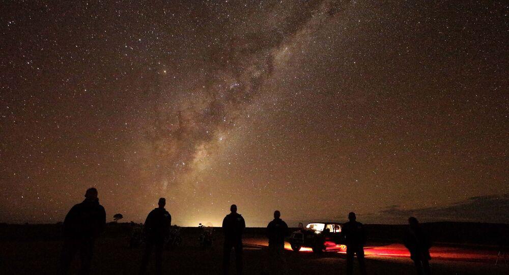 سياح يشاهدون مجرة درب التبانة بالقرب من بروكين هول، سيدني، أستراليا 28 مايو/ أيار 2013