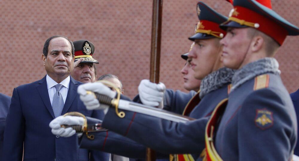 الرئيس المصري عبد الفتاح السيسي، بعد وضع أكليل من الزهور على قبر الجندي المجهول في موسكو، 16 أكتوبر/تشرين الأول 2018