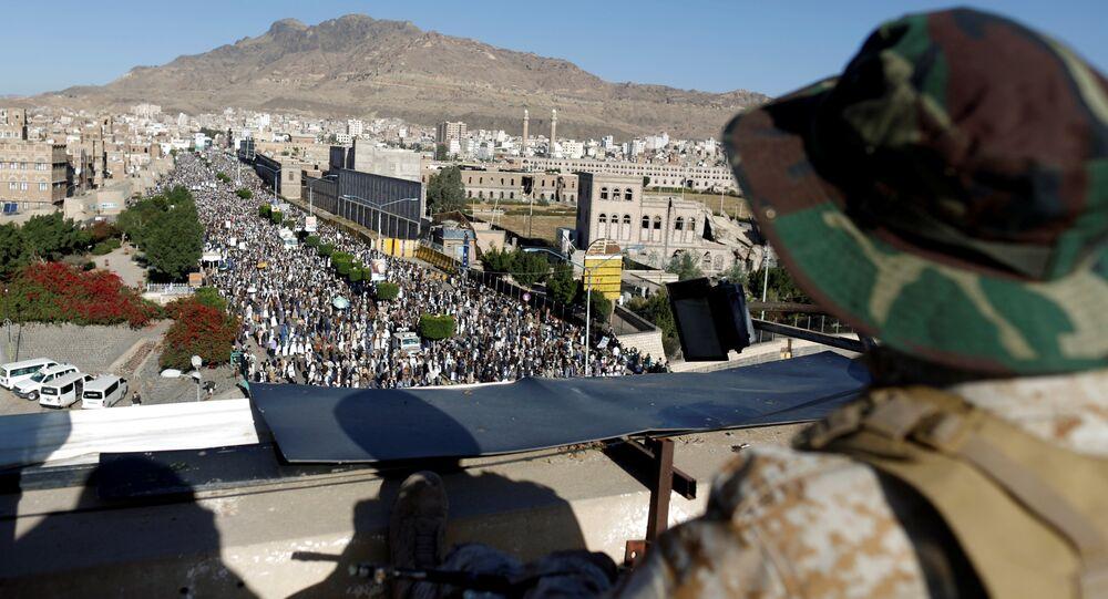 عنصر من أنصار الله في العاصمة صنعاء