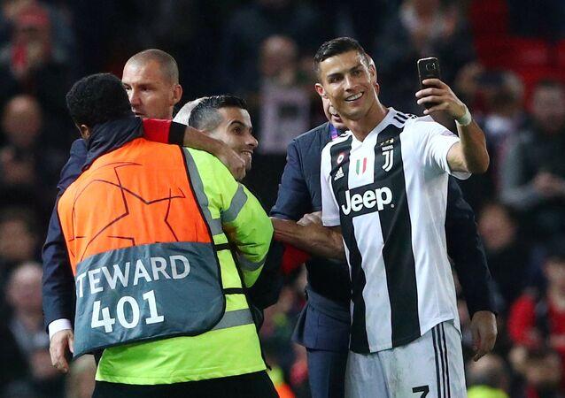 رونالدو يلتقط صورة سيلفي مع أحد المشجعين