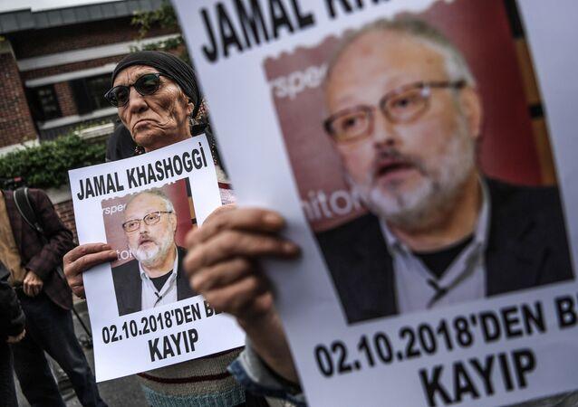 نشطاء يحملون صور الصحفي السعودي جمال خاشقجي في اسطنبول، تركيا 9 أكتوبر/ تشرين الأول 2018