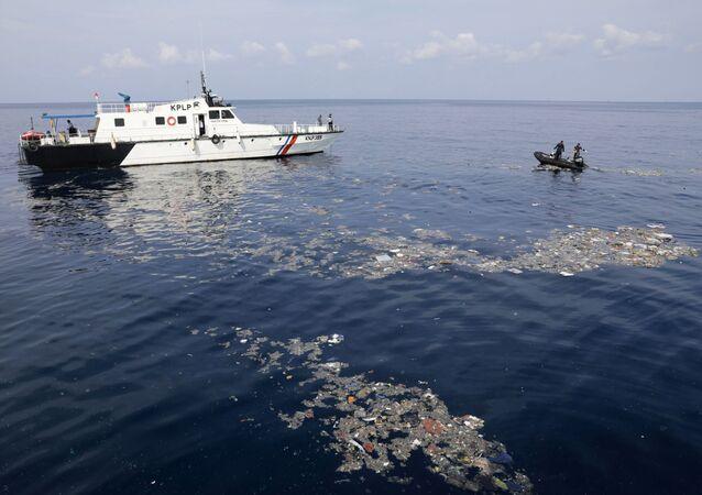 طواقم الانقاذ وشرطة مراقبة السواحل تنتشل أشياء ضحايا تحطم الطائرة الإندونيسية بوينغ 737 في البحر، إندونيسيا