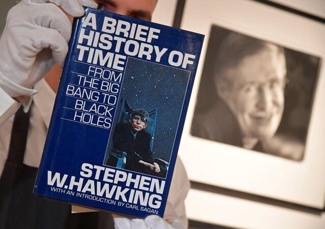 تاريخ موجز للزمن للعالم البريطاني الراحل ستيفن هوكينغ في دار مزادات كريستيز، 8 نوفمبر/تشرين الثاني 2018