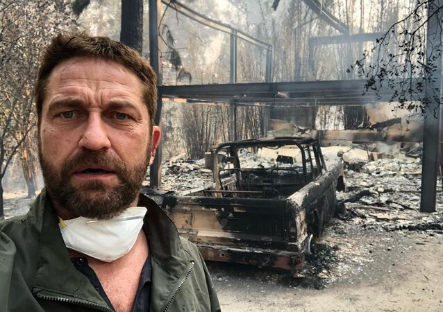 الممثل جيرارد باتلر يقف أمام منزله الذي احترق في حريق كاليفورنيا الهائل