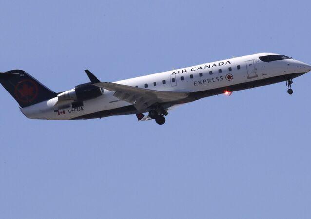 كما في أفلام هوليوود...طائرة تهبط دون عجلات أمامية (فيديو)