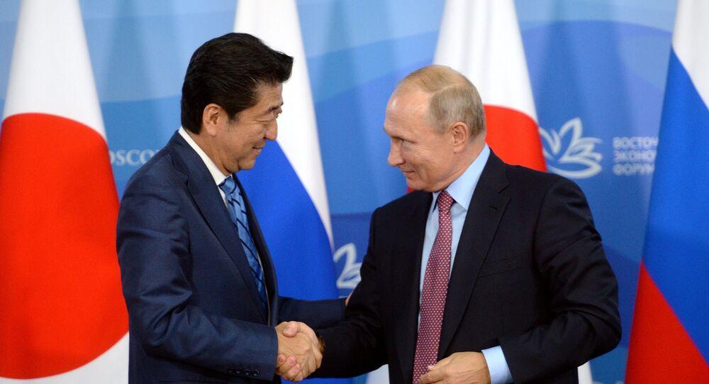 فلادمير بوتين ورئيس وزراء اليابان شينزو آبي