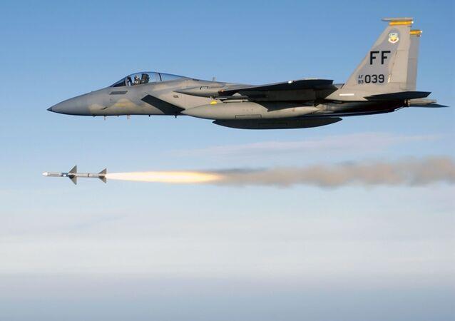 طيران التحالف الدولي - المقاتلة إف-15 (F-15) الأمريكية تشن غارة جوية