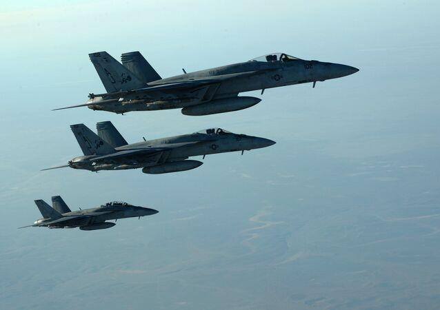 طيران التحالف الدولي - طائرات إف-18 ي (F-18E) الأمريكية بعد شن غارة جوية في العراق